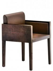 Box 742. Versión con patas de madera con forma biselada.