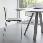 Arki-Table redondo tiene las patas de acero barnizado, el perfil es en aluminio extruído y el sobre compacto.