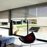 El accionamiento de la cortina:  cadena, manivela o motor, destaca por su sencillez y precisión.